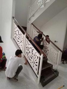 jasa pembuatan dan pemasangan railing tangga, penutup tiang, plafon, fasad, pintu, partisi, kanopi, jendela, pagar custom motif pengaplikasian-railing-tangga-78b